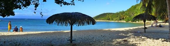 La plage ombragée du domaine de l'Anse des Rochers